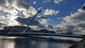 Puente moderno sobre el liffey del río fotografía de archivo