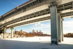Puente moderno a través de un río de Moskva Imagen de archivo libre de regalías