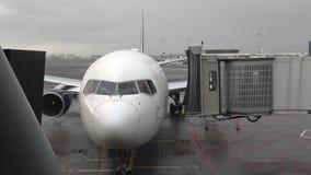 Puente movible del jet que conecta con el aeroplano llegado metrajes