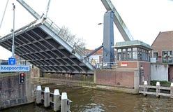 Puente movible en la cerámica de Delft, Países Bajos Imagen de archivo
