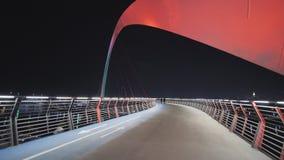 Puente multicolor en Dubai en la noche en el canal del Griego de Dubai almacen de video