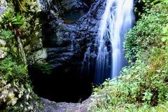 Puente natural - agujero en azotea de la cueva imágenes de archivo libres de regalías