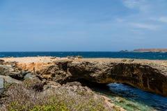 Puente natural sobre el mar azul profundo Imágenes de archivo libres de regalías