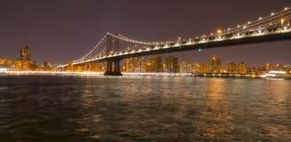 Puente Nueva York de Manhattan en la noche Imágenes de archivo libres de regalías