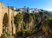 Puente Nuevo bro i Ronda, en av de berömda vita byarna i Andalusia, Spanien Royaltyfria Bilder