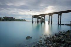 Puente o escalera de madera para el punto de visión la salida del sol Fotografía de archivo