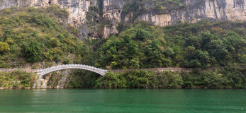 Puente oriental histórico a través del río en China Foto de archivo