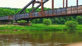 Puente oxidado sobre el Weser imagen de archivo