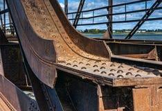 Puente oxidado viejo con los remaches imagenes de archivo
