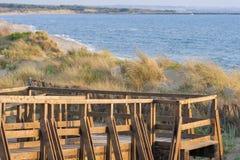 Puente panorámico de madera sobre las dunas de arena de Toscana Fotos de archivo