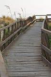 Puente panorámico de madera sobre las dunas de arena de Toscana Imagen de archivo