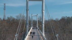 Puente peatonal blanco que cruza el río de Ural almacen de video