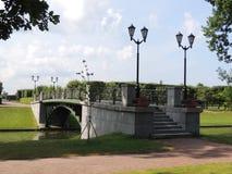 Puente peatonal con el canal de las linternas en el parque Imagen de archivo