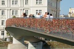 Puente peatonal con millares de candados en barrera Foto de archivo