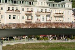 Puente peatonal con millares de candados en barrera Foto de archivo libre de regalías