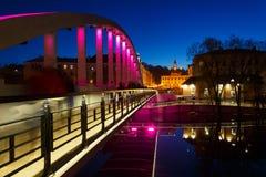 Puente peatonal de Kaarsild y renovados ayuntamiento Tartu Imagen de archivo libre de regalías