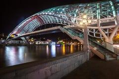 Puente peatonal de la paz sobre el Mtkvari el río Kura en Tbil Imagen de archivo