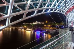 Puente peatonal de la paz sobre el Mtkvari el río Kura en Tbil Foto de archivo