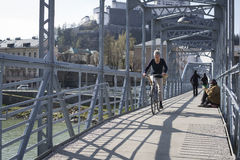 Puente peatonal de Mozart sobre el río de Salzach, Salzburg, Austria Imagen de archivo libre de regalías