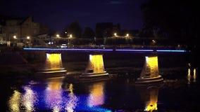 Puente peatonal de Uzhgorod en la iluminación hermosa de la noche almacen de metraje de vídeo