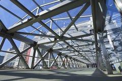 Puente peatonal en área de compras de Pekín Xidan Imagen de archivo libre de regalías