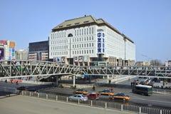 Puente peatonal en área de compras de Pekín Xidan Imágenes de archivo libres de regalías