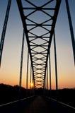 Puente peatonal en la madrugada foto de archivo libre de regalías