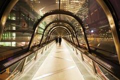 Puente peatonal en la noche Foto de archivo libre de regalías