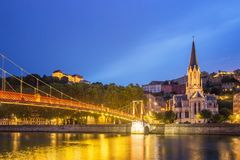 Puente peatonal en la oscuridad, Lyon - Francia imágenes de archivo libres de regalías