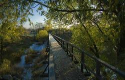 Puente peatonal en Suzdal. Fotos de archivo libres de regalías