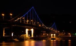 Puente peatonal iluminado en la noche Fotografía de archivo libre de regalías