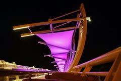 Puente peatonal moderno con la iluminación Imagen de archivo libre de regalías