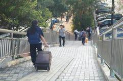 Puente peatonal, paso de la gente cerca Imagenes de archivo