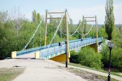 Puente peatonal sobre el río Imagen de archivo