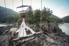 Puente peatonal suspendido abandonado Imagenes de archivo