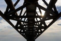 Puente peatonal viejo sobre el olt del río Foto de archivo libre de regalías