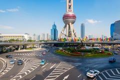 Puente peatonal y cruces giratorios en Lujiazui, China Fotos de archivo libres de regalías