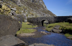 Puente pedregoso irlandés típico del arco, Irlanda Fotos de archivo libres de regalías