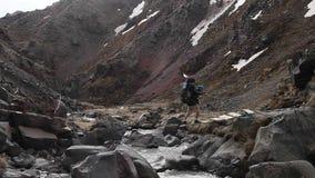 Puente peligroso a través de un río de la montaña almacen de video