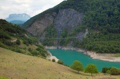 Puente pendiente en las montañas Imagenes de archivo