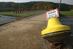 Puente perdido, depósito Edersee, Alemania Fotografía de archivo libre de regalías