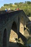 Puente, peregrinos y río medievales Arga, España Foto de archivo