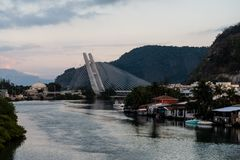 puente permanecido sobre la laguna de Marapendi durante salida del sol en mañana nublada, Barra da Tijuca, Rio de Janeiro fotos de archivo