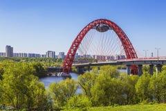 Puente pintoresco sobre el río en un día soleado, Moscú de Moscú, Fotos de archivo libres de regalías