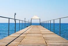 Puente pontón al mar Fotos de archivo