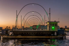 Puente pontón durante puesta del sol Fotos de archivo libres de regalías