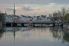 Puente por la mañana imagenes de archivo