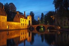 Puente por noche, Brujas, Bélgica de Beguinage. Imágenes de archivo libres de regalías