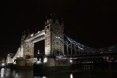 Puente por noche, Londres, Inglaterra de la torre Fotos de archivo