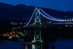 Puente, puesta del sol y tarde de la puerta de los leones en Vancouver, Canadá Fotografía de archivo libre de regalías